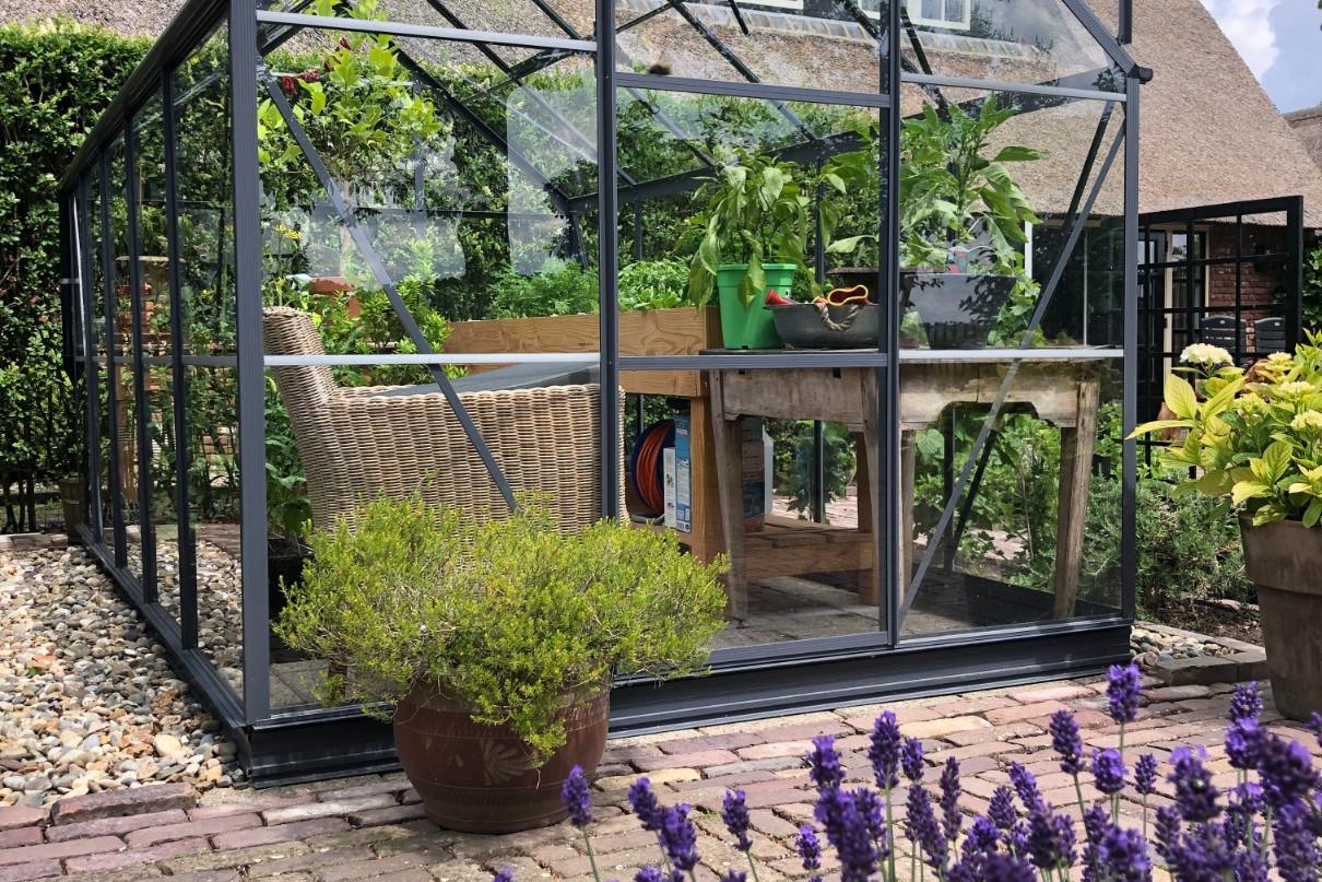 Tuinkas in tuin tuinieren met ideale temperatuur